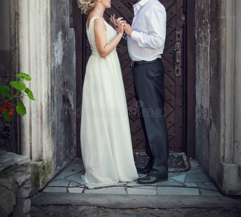 Promenade de mariage de femme d'homme photographie stock libre de droits
