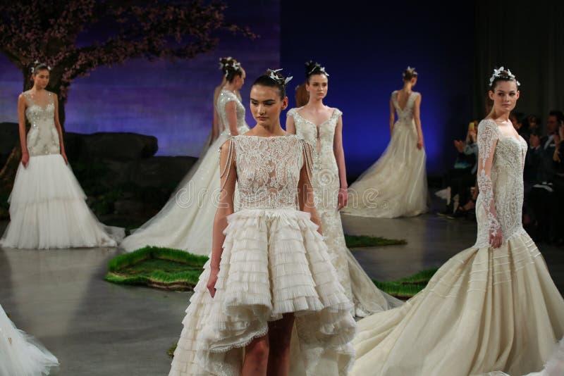Promenade de modèles la finale de piste à l'exposition 2016 de piste d'Ines Di Santo Bridal Spring /Summer images stock