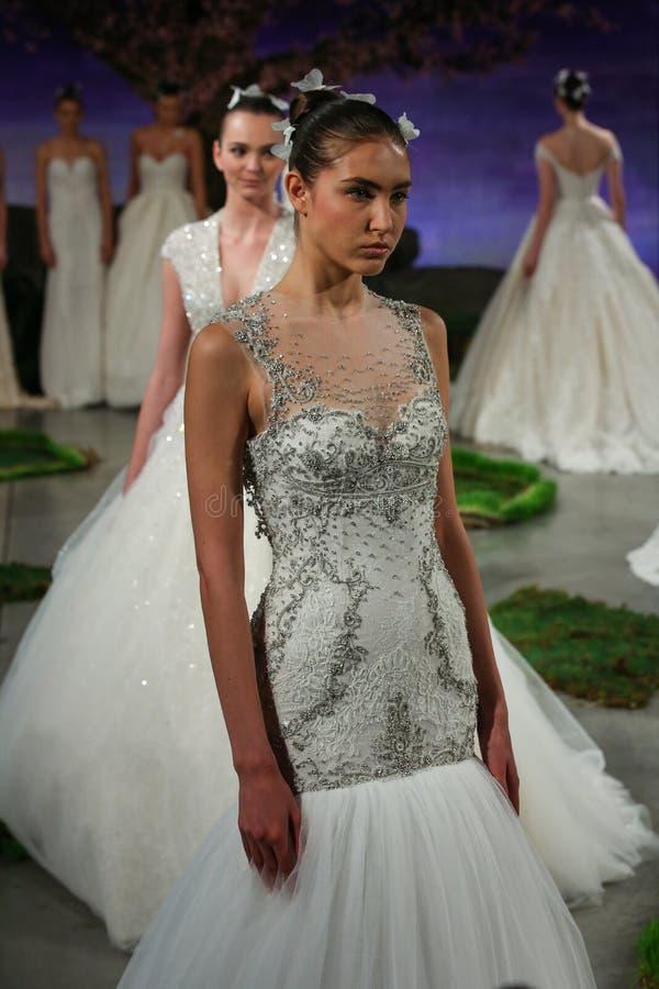Promenade de modèles la finale de piste à l'exposition 2016 de piste d'Ines Di Santo Bridal Spring /Summer photos libres de droits
