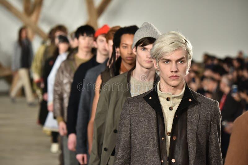 Promenade de modèles la finale de piste au défilé de mode de Billy Reid pendant l'automne des hommes de semaine de mode de New Yo images libres de droits