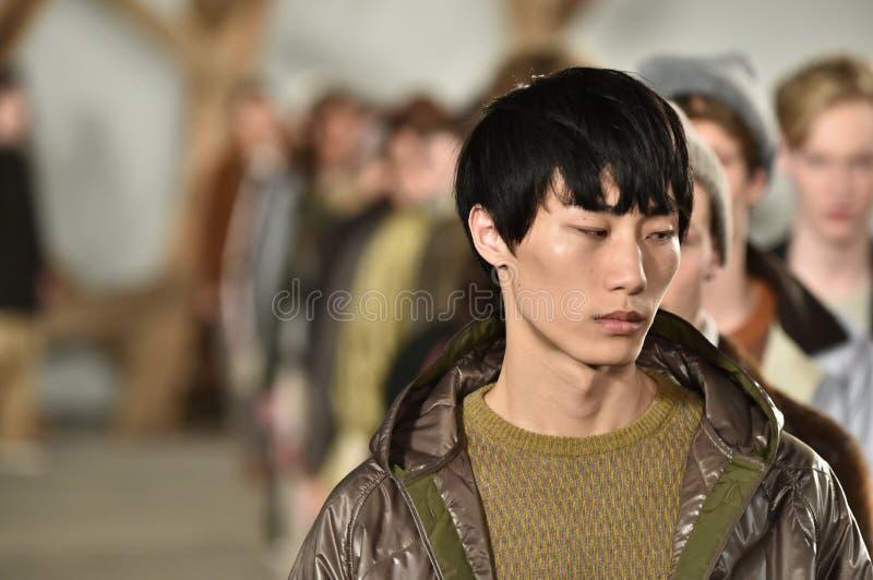 Promenade de modèles la finale de piste au défilé de mode de Billy Reid pendant l'automne des hommes de semaine de mode de New Yo images stock