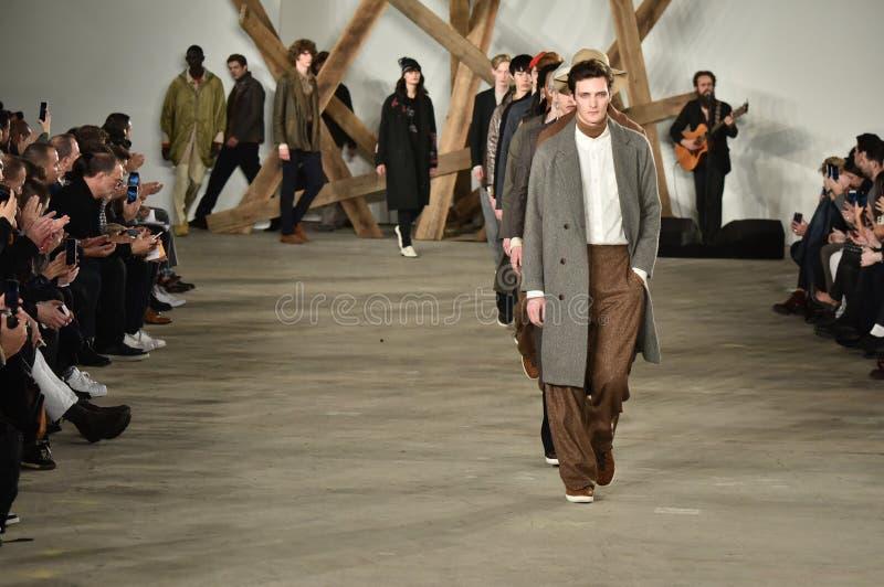 Promenade de modèles la finale de piste au défilé de mode de Billy Reid pendant l'automne des hommes de semaine de mode de New Yo photo stock