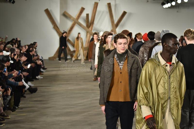 Promenade de modèles la finale de piste au défilé de mode de Billy Reid pendant l'automne des hommes de semaine de mode de New Yo photographie stock