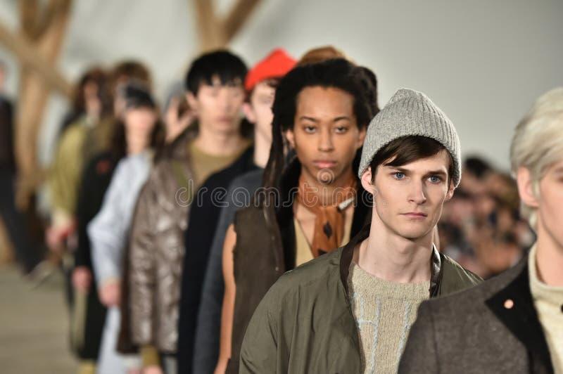 Promenade de modèles la finale de piste au défilé de mode de Billy Reid pendant l'automne des hommes de semaine de mode de New Yo photos stock