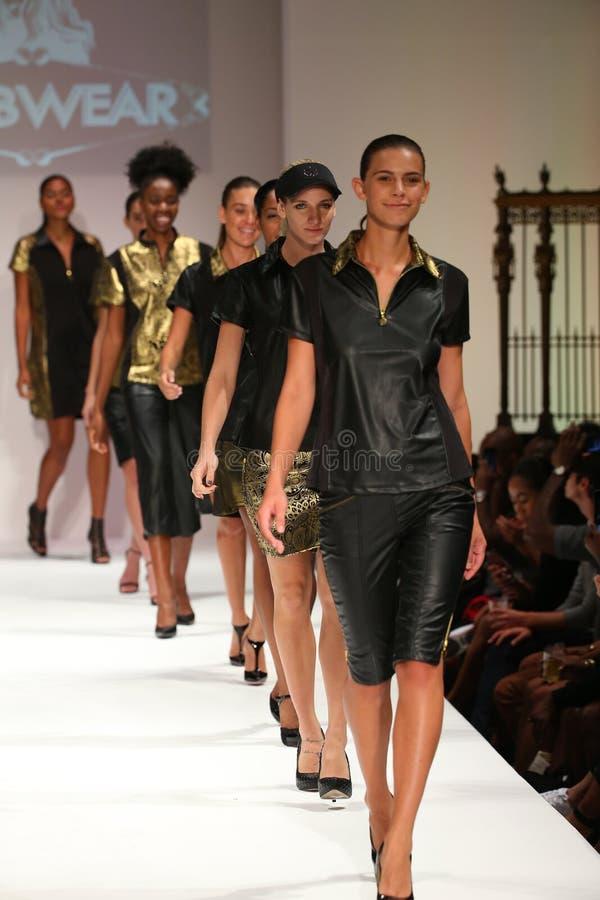 Promenade de modèles la finale de piste au défilé de mode de ClubWear pendant la semaine 2016 de mode de New York du printemps image libre de droits