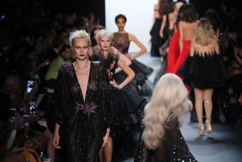Promenade de modèles la finale de piste au défilé de mode de Michael Costello photo libre de droits
