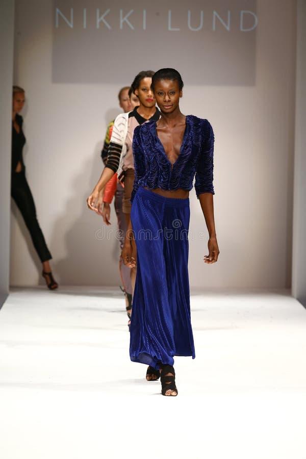 Promenade de modèles la finale de piste au défilé de mode de Nikki Lund photos libres de droits