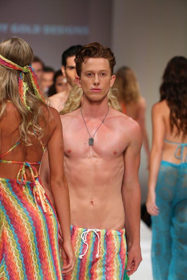 Promenade de modèles la finale de piste au défilé de mode de vêtements de bain d'or de Lainy photos stock