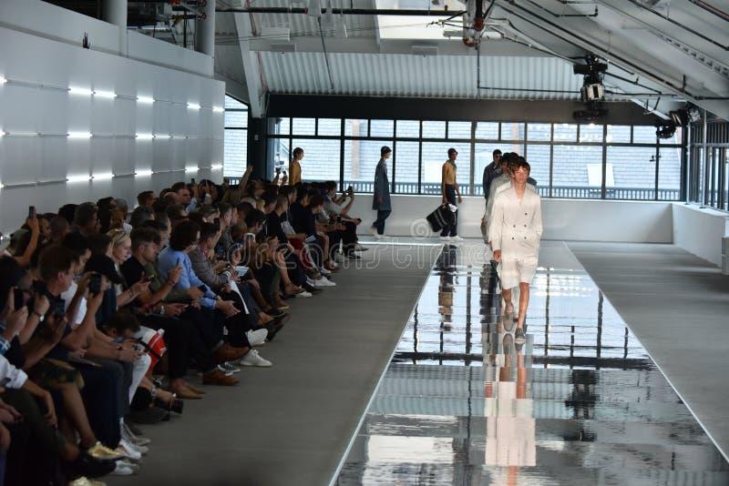 Promenade de modèles la finale de piste au PATRON - exposition de Hugo Boss images libres de droits