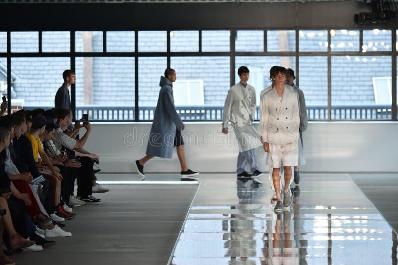 Promenade de modèles la finale de piste au PATRON - exposition de Hugo Boss photographie stock libre de droits