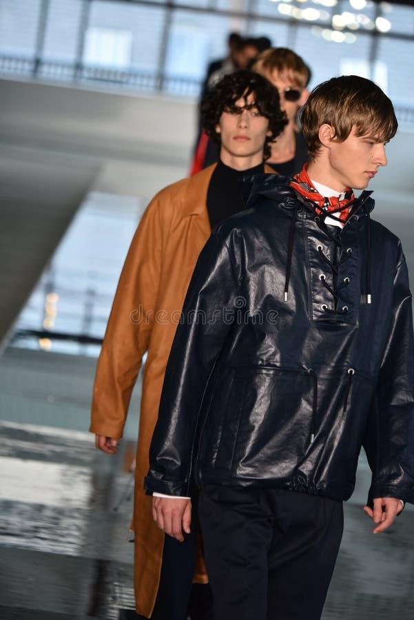 Promenade de modèles la finale de piste au PATRON - exposition de Hugo Boss image libre de droits