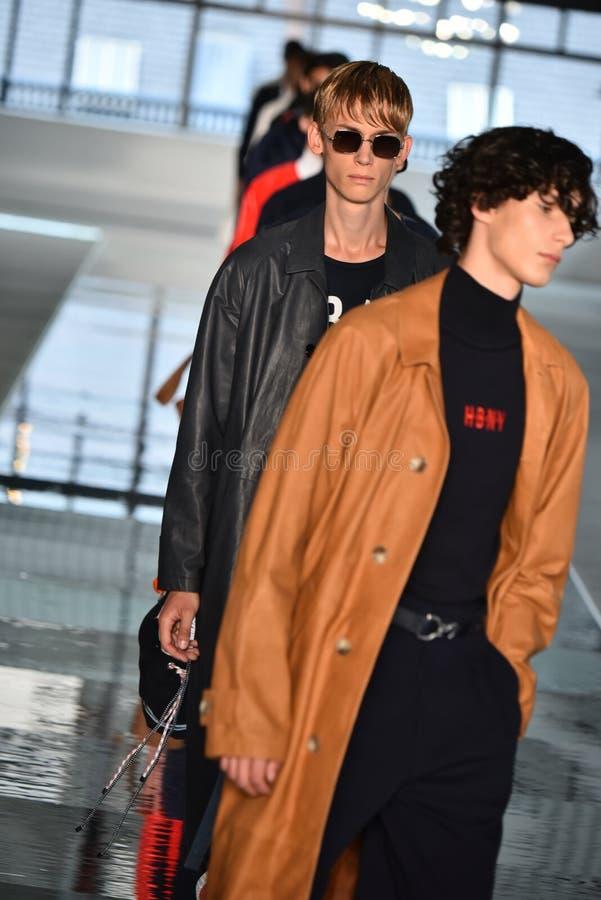 Promenade de modèles la finale de piste au PATRON - exposition de Hugo Boss photos libres de droits