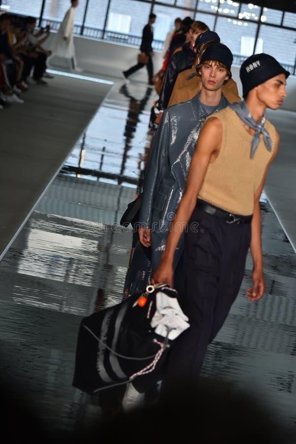 Promenade de modèles la finale de piste au PATRON - exposition de Hugo Boss photo stock