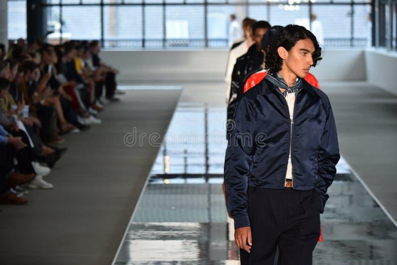 Promenade de modèles la finale de piste au PATRON - exposition de Hugo Boss image stock