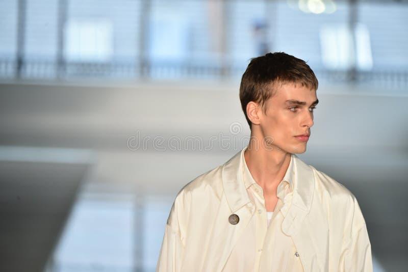 Promenade de modèles la finale de piste au PATRON - exposition de Hugo Boss photographie stock