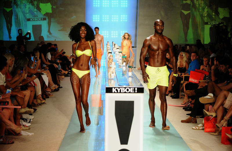 Promenade de modèles la finale de piste pendant l'exposition 2017 accessoire de piste d'été de ressort de KYBOE images stock