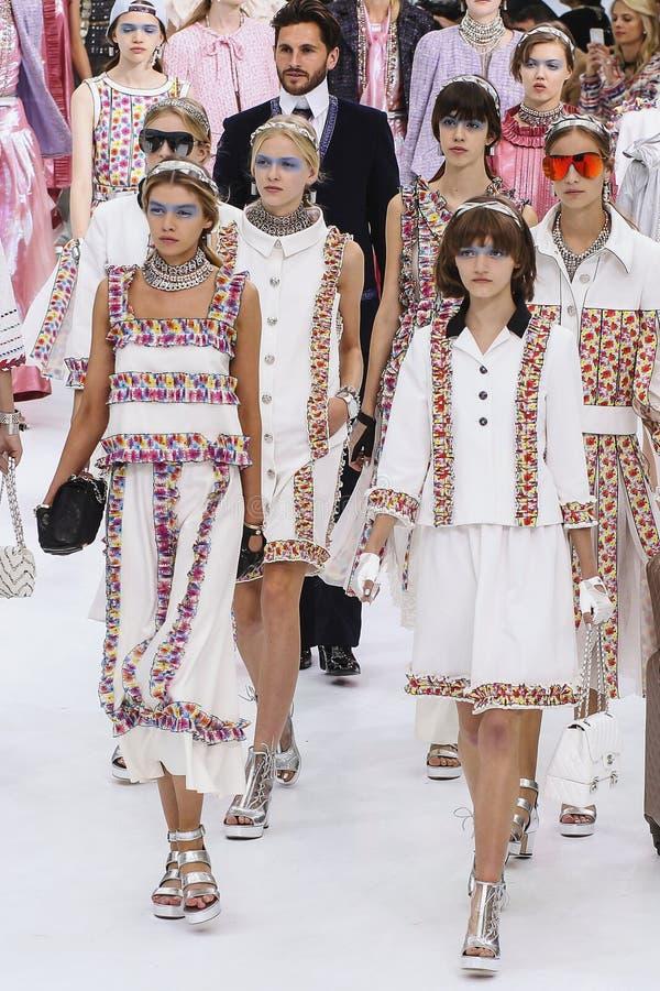 Promenade de modèles la finale de piste pendant l'exposition de Chanel image stock