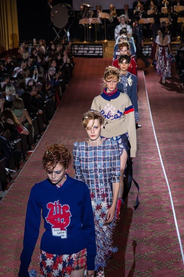Promenade de modèles la finale de piste pendant Marc Jacobs Runway Spring 2016 photographie stock libre de droits