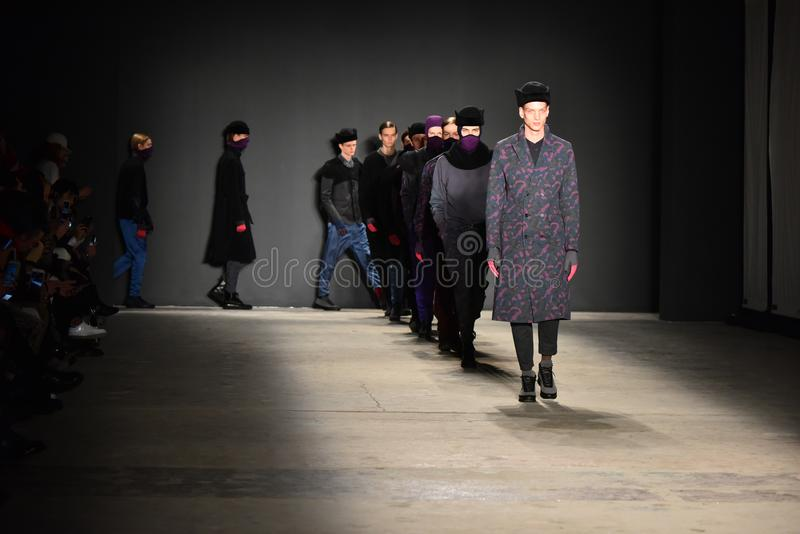 Promenade de modèles la finale de piste pendant Robert Geller NYFW : L'exposition des hommes image libre de droits