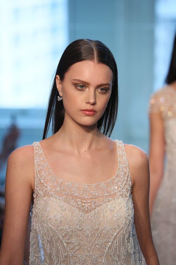 Promenade de modèles la finale de piste pour le défilé de mode nuptiale de Justin Alexander Spring 2019 photos libres de droits