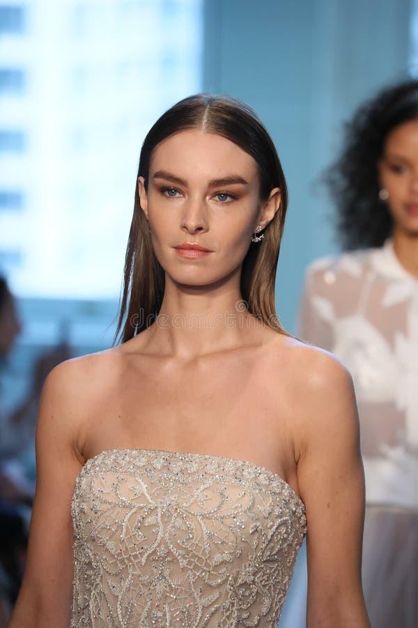Promenade de modèles la finale de piste pour le défilé de mode nuptiale de Justin Alexander Spring 2019 images libres de droits
