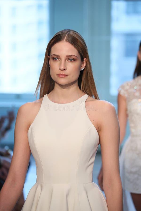 Promenade de modèles la finale de piste pour le défilé de mode nuptiale de Justin Alexander Spring 2019 image libre de droits