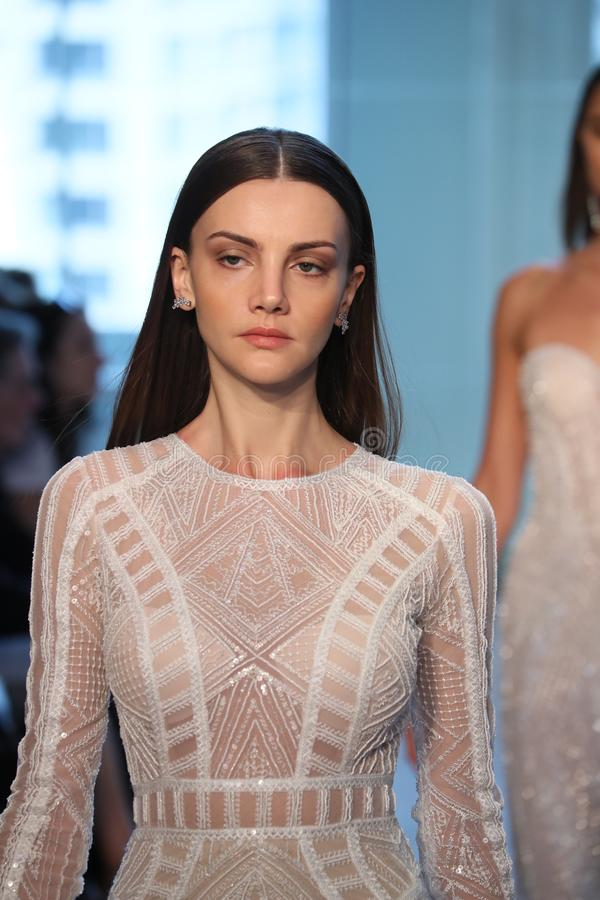 Promenade de modèles la finale de piste pour le défilé de mode nuptiale de Justin Alexander Spring 2019 photographie stock