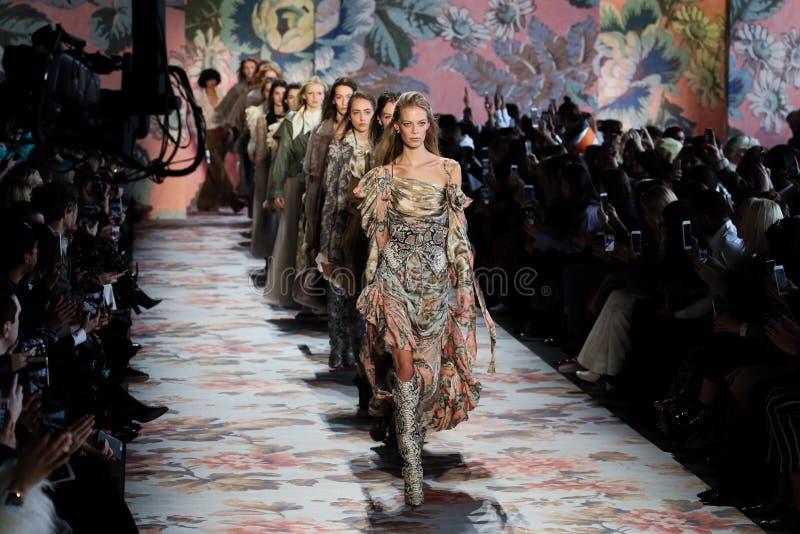 Promenade de modèles la finale de piste pour Zimmermann pendant la semaine de mode de New York photos libres de droits
