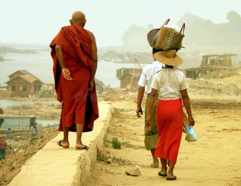 Promenade de mur d'Irrawaddy, Route-à-Mandalay, Myanmar (Birmanie) photographie stock
