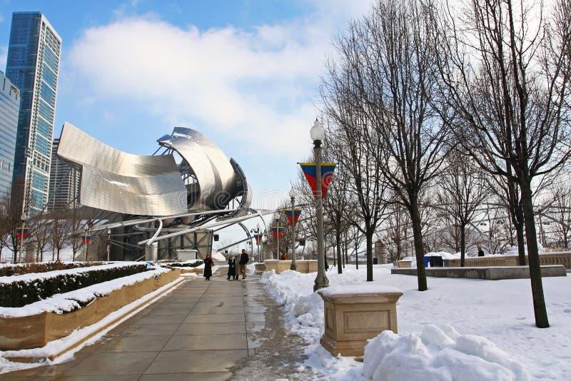 Promenade de personnes près de Chicago Jay Pritzker Pavilion images stock