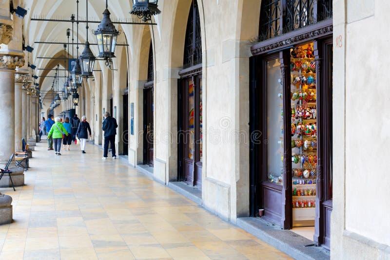 Promenade de personnes sous des arcades à Cracovie images stock
