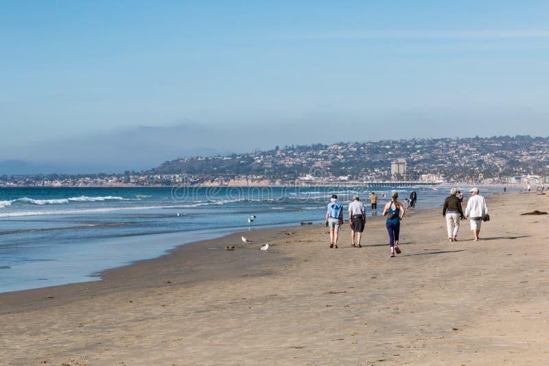 Promenade de personnes sur la plage de mission à San Diego image libre de droits