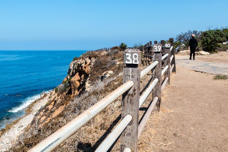 Promenade de personnes sur la traînée de paysage marin près du point Vicente Interpretative Center photographie stock