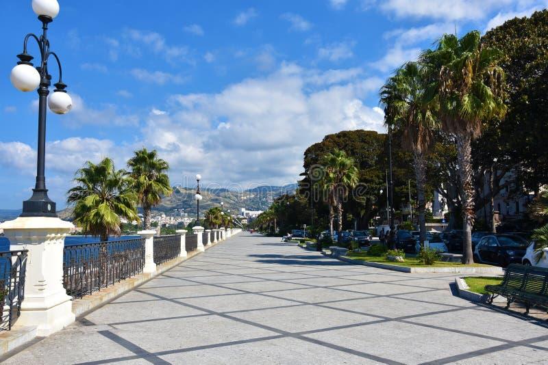 Promenade de plage à Reggio Calabria, Italie photographie stock