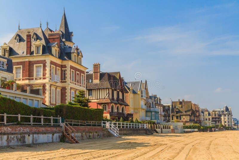 Promenade de plage de Mer de sur de Trouville, Normandie photos stock