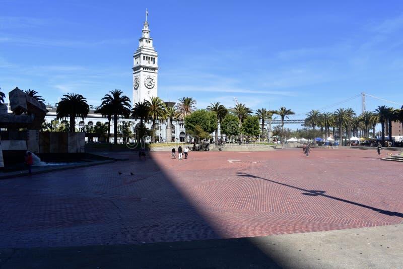 Promenade de plaza de Justin Herman /Embarcadero avec la tour de bâtiment de ferry images libres de droits