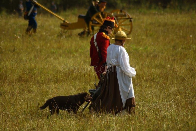 Promenade de Reenactors le chien à la reconstitution historique de bataille de Borodino en Russie images libres de droits