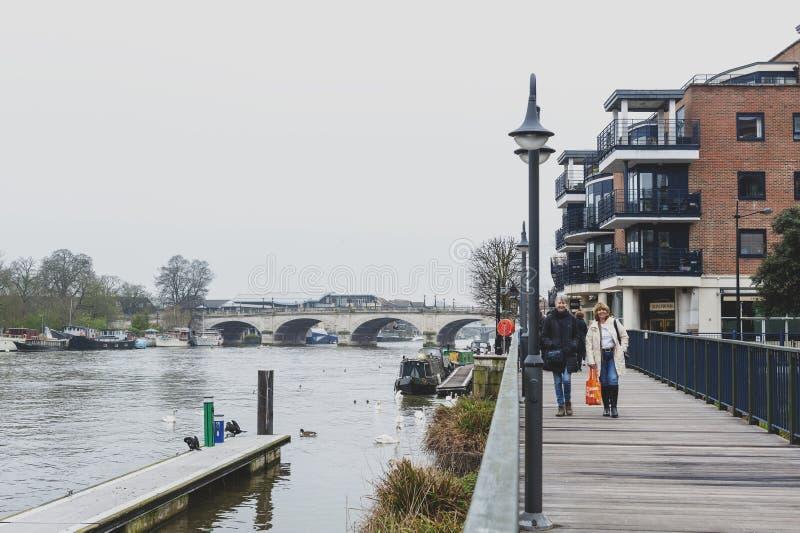 Promenade de promenade de rive par la Tamise à Kingston, Angleterre images libres de droits