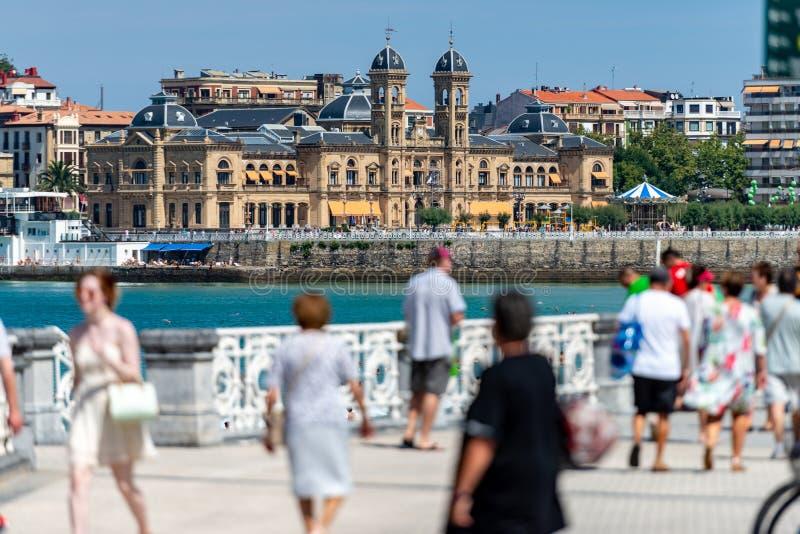 'promenade' de San Sebastian con el ayuntamiento imágenes de archivo libres de regalías