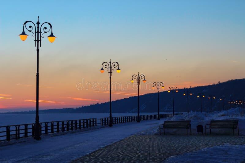 Promenade in de stralen van zonsondergang royalty-vrije stock afbeelding