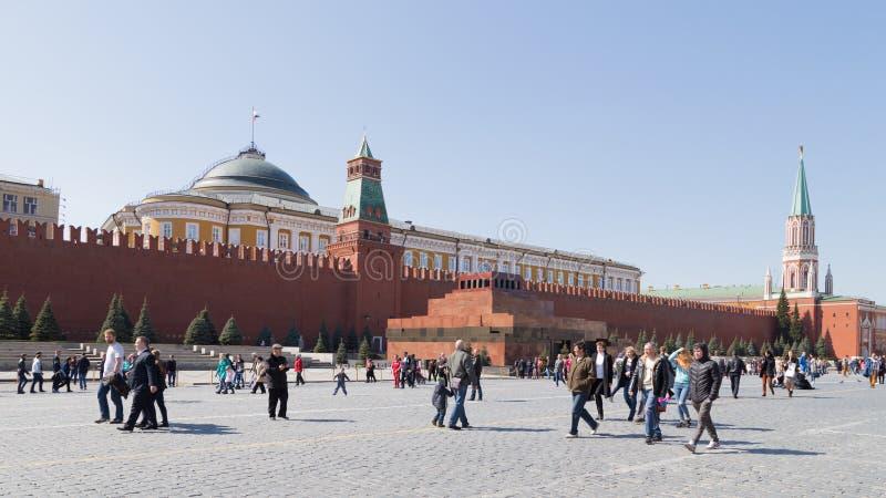 Promenade de touristes sur la place rouge photos libres de droits