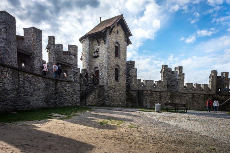 Promenade de Toursists à travers la cour dans le château de Gravensteen dedans photo stock