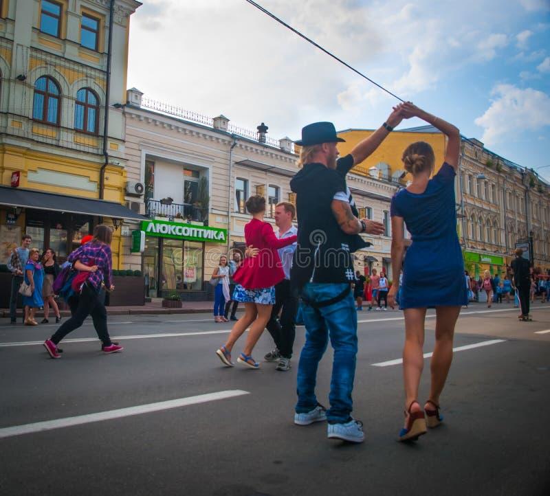 promenade de valse au centre de la ville photos stock