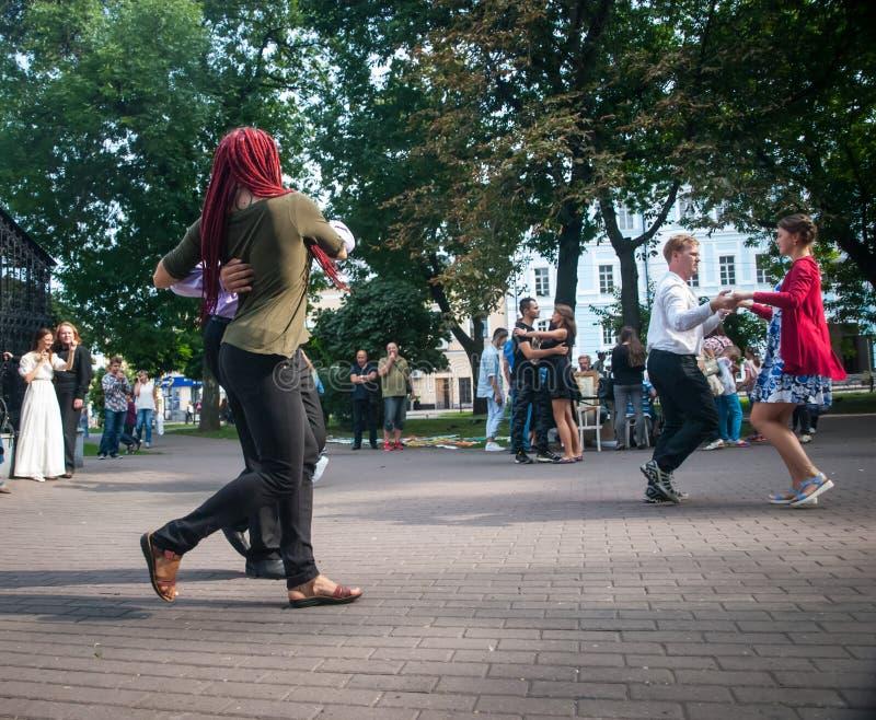 promenade de valse au centre de la ville photographie stock