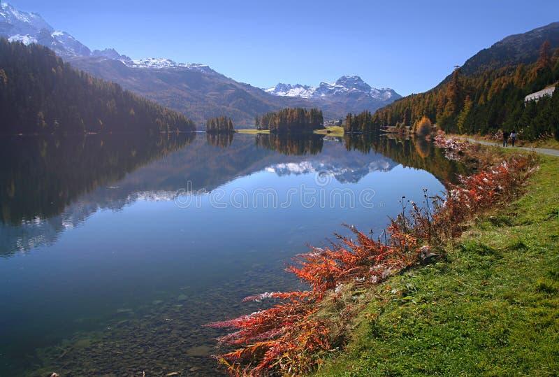 Promenade in dem Herbstsee stockbilder