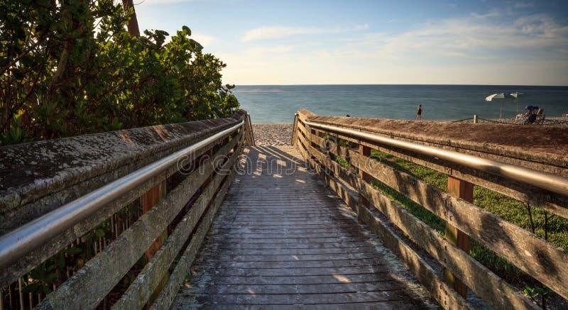 Promenade, die unten zu Vanderbilt-Strand führt stockbild