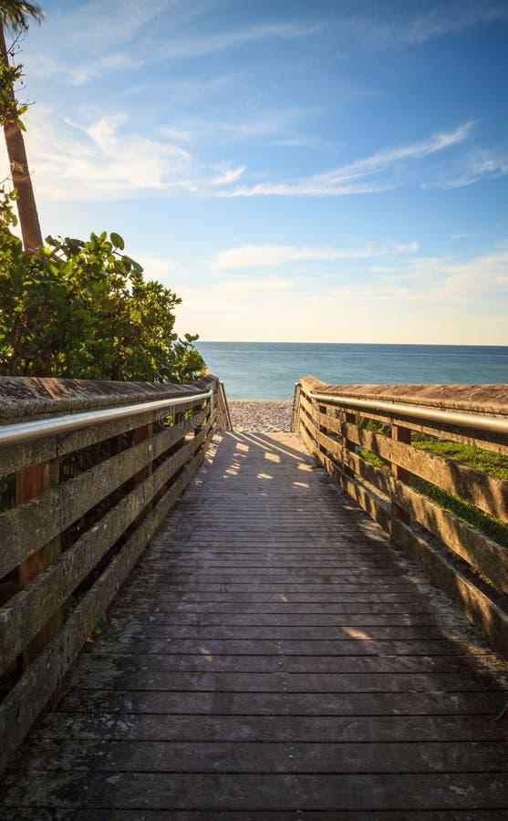 Promenade, die unten zu Vanderbilt-Strand führt stockfotografie