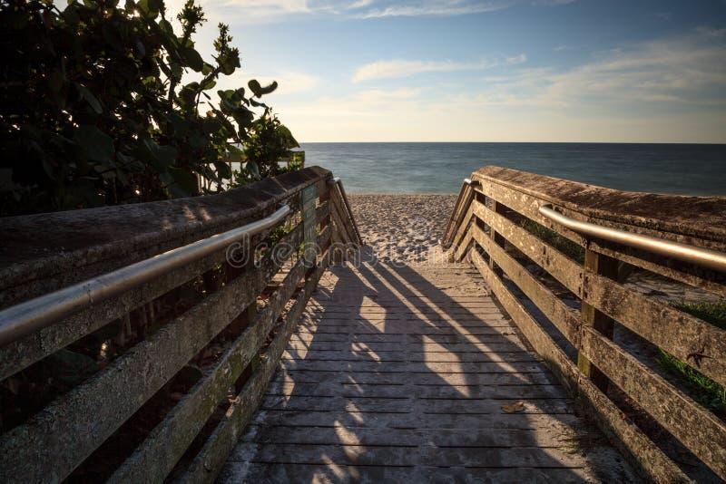 Promenade, die unten zu Vanderbilt-Strand führt stockbilder