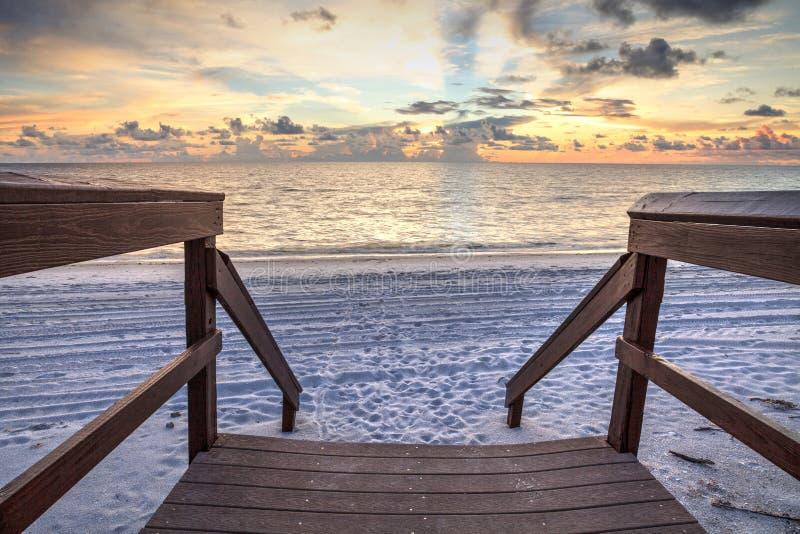 Promenade, die zu den Ozean an Vanderbilt-Strand bei Sonnenuntergang führt lizenzfreie stockfotografie