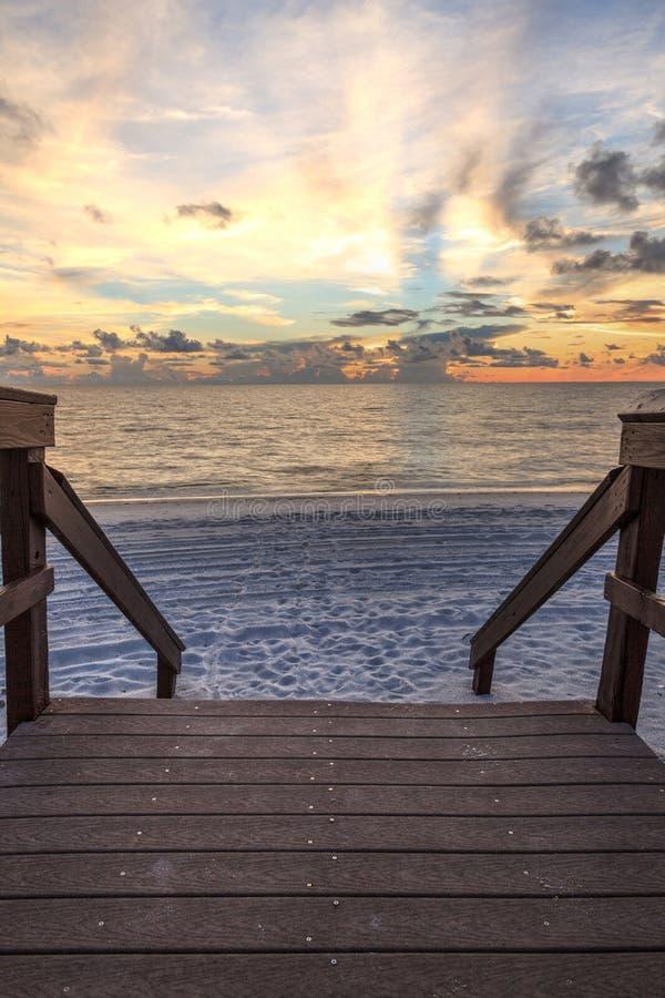 Promenade, die zu den Ozean an Vanderbilt-Strand bei Sonnenuntergang führt stockfotos